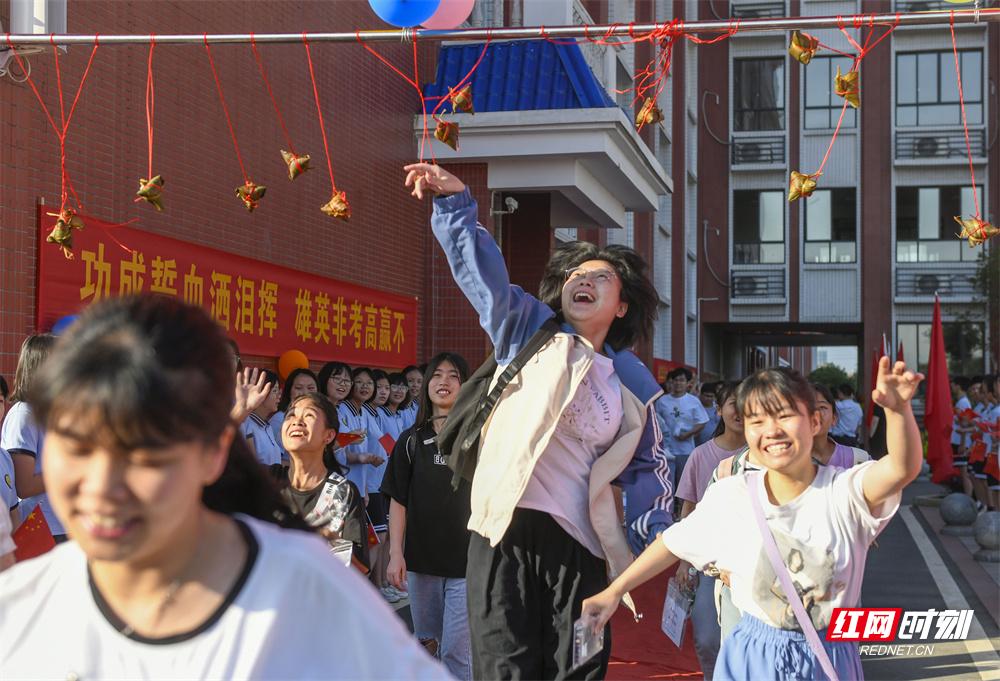 """6月7日,湖南省道县道州玉潭学校,考生触摸粽子,预祝""""高中""""。"""
