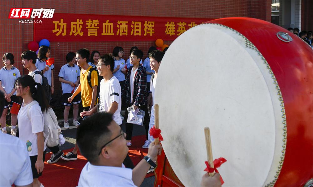 6月7日,湖南省道县道州玉潭学校,老师击鼓欢送考生赶赴考点。