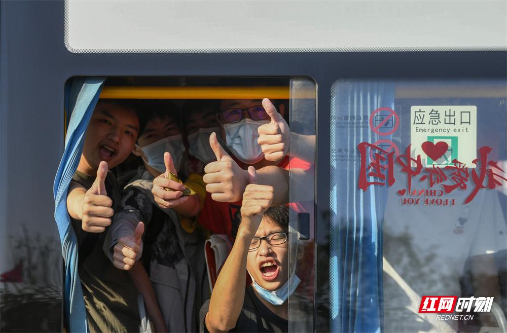 6月7日,湖南省道县道州玉潭学校,考生在送考车上竖起大拇指,为自己鼓劲加油。