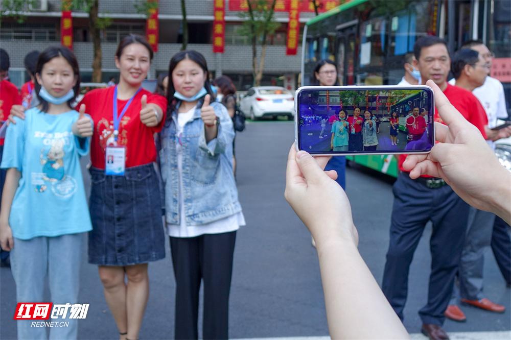 6月7日,湖南省道县第五中学,老师和考生合影,为考生鼓劲加油。