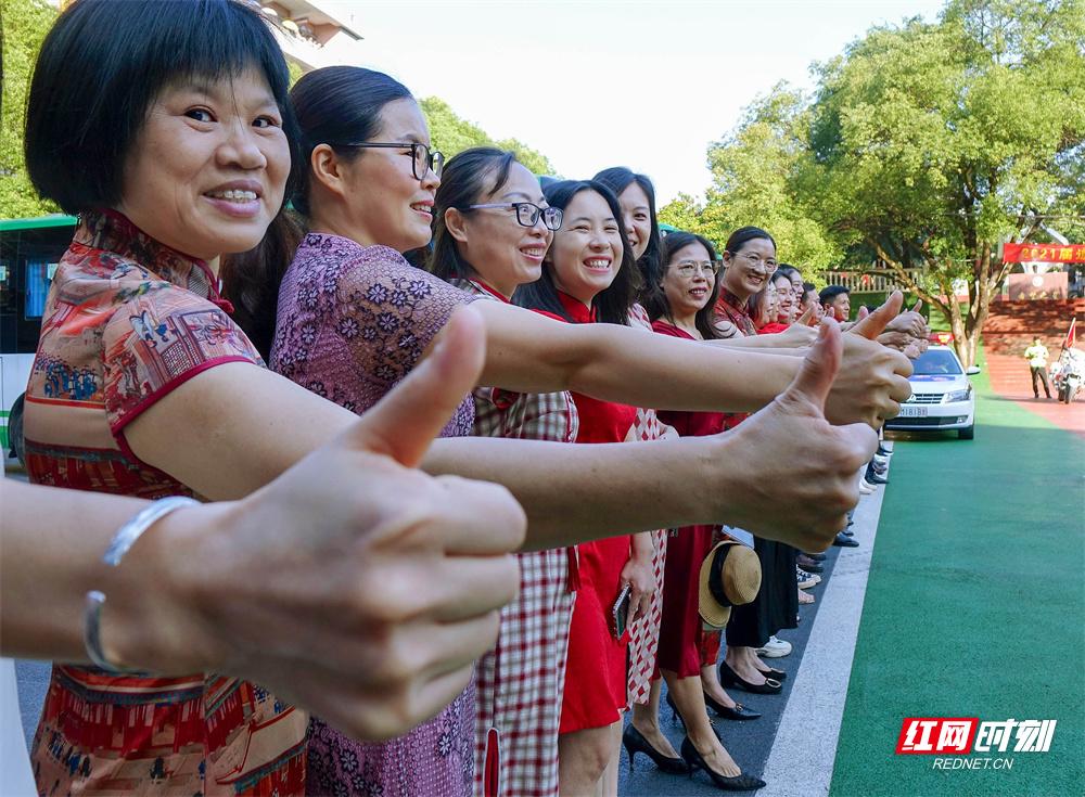 6月7日,湖南省道县第五中学,老师为考生鼓劲加油。