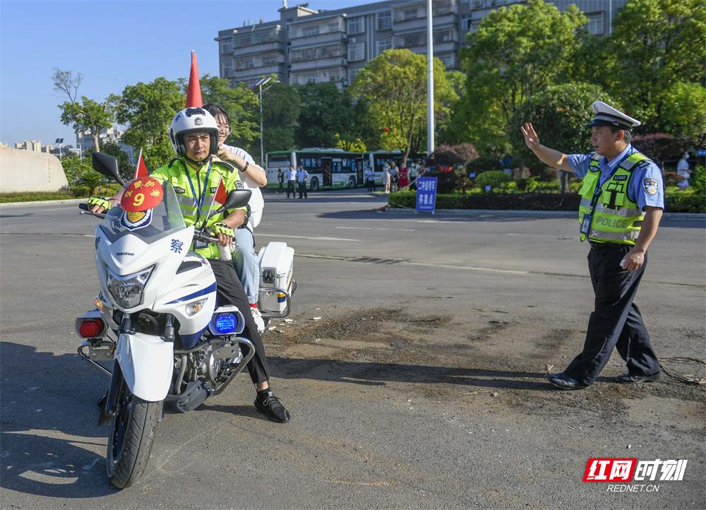 6月7日,湖南省道县第一中学考点,交警护送学生到考点。